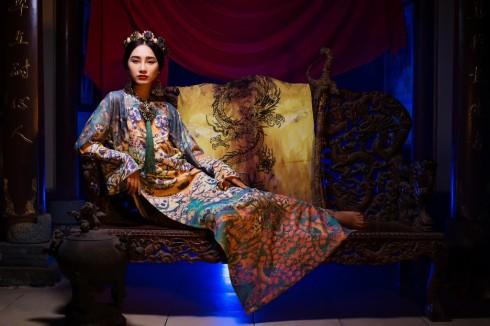 Thay vì mặc áo cưới, cô dâu có thể khoác lên mình những tông màu nổi bật như tím hồng, đỏ, vàng với họa tiết thêu rồng phượng,  v.v... đầy tinh xảo, uy quyền như bậc quý tộc, vua chúa. (BST Hương Xưa, NTK Huỳnh Hải Long và Đặng Thế Huy)