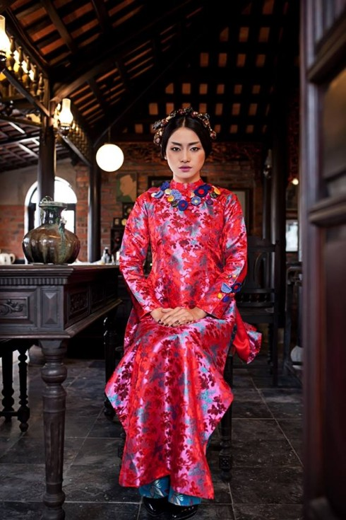 Với phong cách áo dài cưới xưa, cô dâu nên trang điểm nhẹ nhàng, nhấn vào đôi môi và mắt để làm nổi bật vẻ đẹp Á Đông của mình.