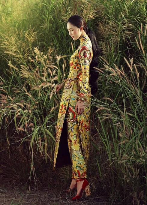 Màu vàng vương quyền và họa tiết cân xứng đã đủ để mang đến hình ảnh hoàn hảo. Cô dâu nên hạn chế đeo nhiều trang sức để không trở nên thiếu tinh tế. (Áo dài Thủy Design House)