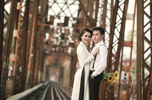 Ngoài vai trò là chứng nhân lịch sử, cầu Long Biên cũng đã là người làm chứng trong vô vàn bộ ảnh cưới của các cặp đôi