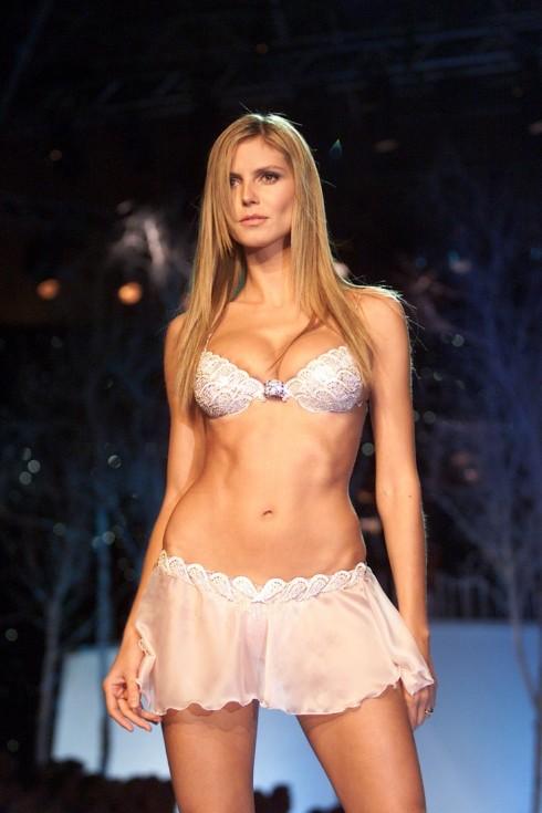 Heidi Klum cùng bộ Heavenly Star Bra. Đây là lần thứ hai trong sự nghiệp thiên thần được diện bộ cánh đắt giá nhất show của cô