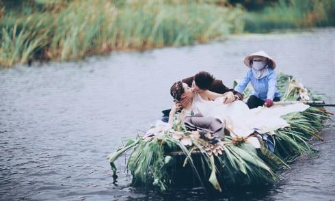 Nét hoang sơ và thơ mộng của Tràng An chính là điểm hấp dẫn các cặp đôi đến chụp ảnh cưới