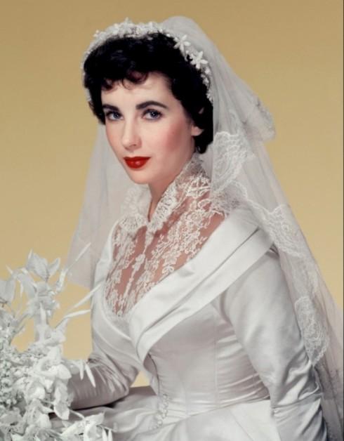 Kết hôn 8 lần với 7 người chồng, Elizabeth Taylor có rất nhiều cơ hội được lựa chọn và tỏa sáng trong chiếc váy cưới.