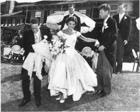 Năm 1953, cô dâu hoàng gia Jackie Kennedy lên xe hoa với tổng thống John. F. Kennedy, chính thức trở thành đệ nhất phu nhân nước Mỹ. Chiếc váy của nàng mang vẻ đẹp cổ điển với phần diềm xếp nếp uyển chuyển bên dưới và tấm voan ren dài.