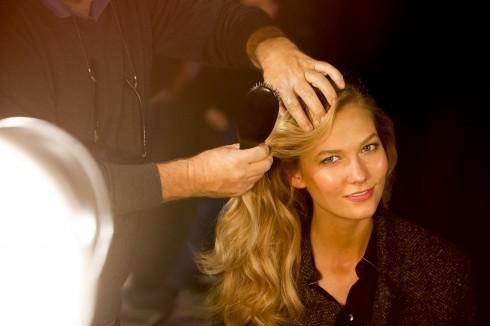 Siêu mẫu Karlie Kloss trong hậu trường chuẩn bị cho buổi diễn.