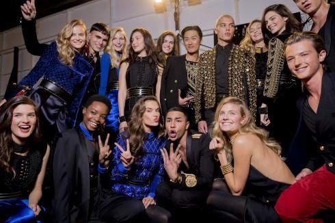 Olivier Rousteing và các người mẫu nổi tiếng trong backstage.