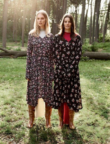 Những mẫu thiết kế đầm họa tiết hoa của Vetements là một trong các thiết kế được giới thời trang yêu thích.