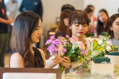 Các khách hàng chăm chú cắm hoa