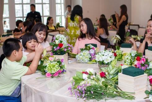 Không khí vui vẻ tại buổi workshop với hoạt động cắm hoa