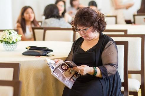 Khách hàng đọc tạp chí phái đẹp ELLE