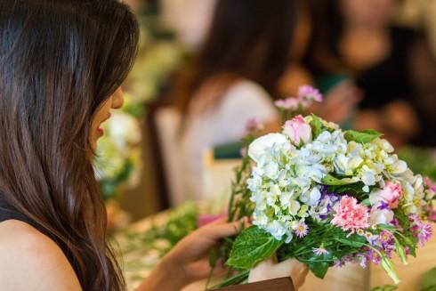 Khách hàng chăm chú thực hành cắm hoa