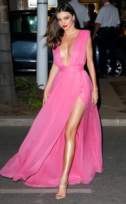 Miranda Kerr mê váy xẻ tà khoe đôi chân thon thả