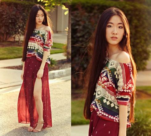 Sắc đỏ, chất liệu vải xuyên thấu giúp váy xẻ tà vô cùng nổi bật