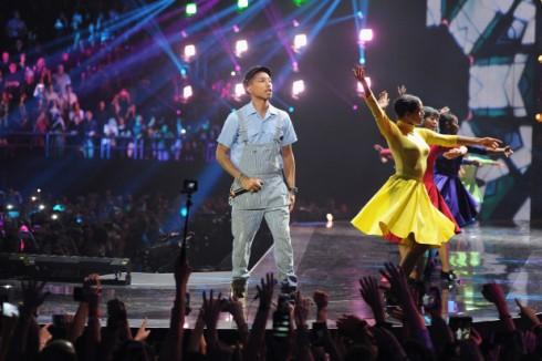 ca sĩ justin bieber dành chiến thắng tại MTV EMAs 2015 - pharrell williams - elle vietnam