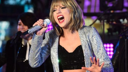 Khác với VMAs, cô nàng đáng yêu Taylor chắc có lẽ không có duyên với EMAs.