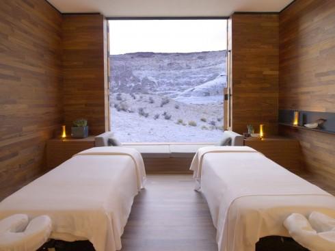 Nếu có điều kiện, hãy đầu tư tại nhà một phòng chuyên dành để thư giãn cho bạn. Hoặc chỉ cần một góc nhỏ đủ rộng để trải thảm là bạn cũng có thể tiến hành massage body