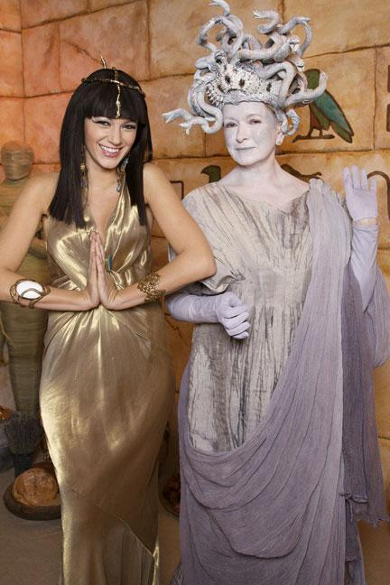 Blake Lively hóa trang thành nữ hoàng Cleopatra và Martha Stewart ăn mặc như Medusa