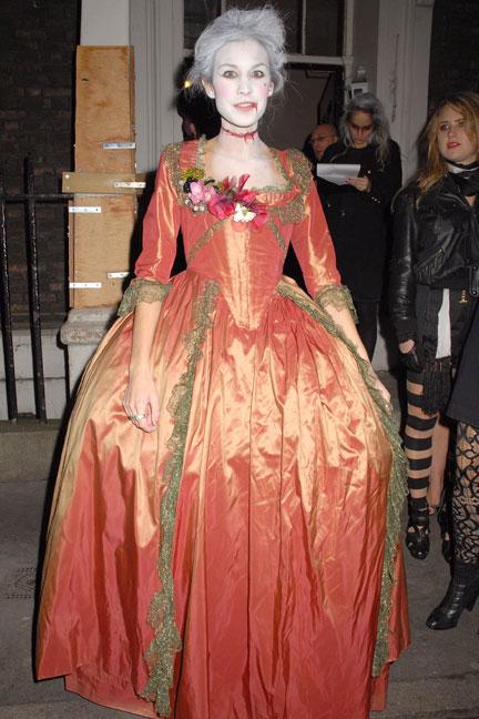 Alexa Chung hóa trang thành Marie Antoinette bị chặt đầu