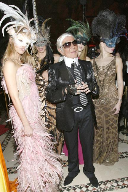Nhà thiết kế Roberto Cavalli hóa trang thành người đồng nghiệp Karl Lagerfeld