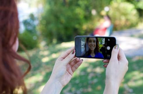 Camera trước sẽ giúp bạn dễ dàng tạo dáng và chỉnh sửa góc ảnh hơn