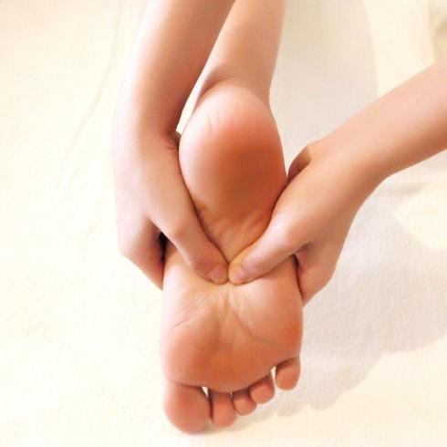Động tác bấm rất biến nhất là bấm huyệt bàn chân.