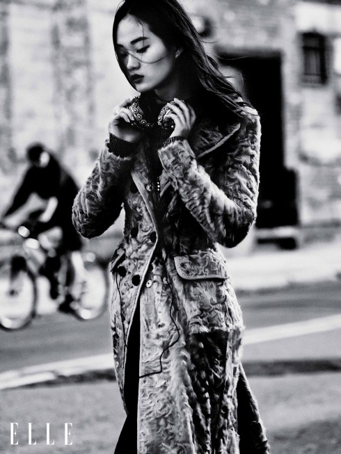 Áo khoác Dolce & Gabbana, Chân váy Prabal Gurung, Áo Cynthia Rowley, Giày Eugenia Kim