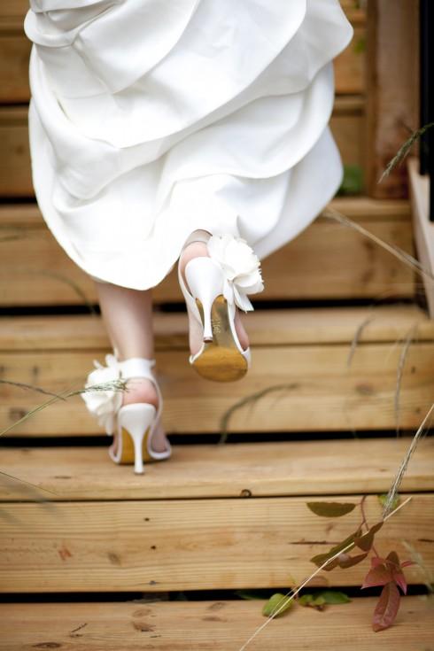 Với xu hướng tối giản như hiện nay, những đôi giày cưới thiết kế đơn màu, với các chi tiết giản dị sẽ giúp bạn trở thành cô dâu hợp mốt