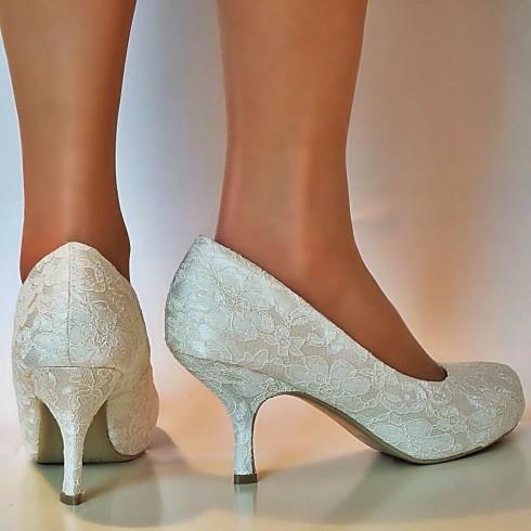 Những đôi giày gót thấp cũng là lựa chọn lý tưởng cho cô dâu đẫy đà