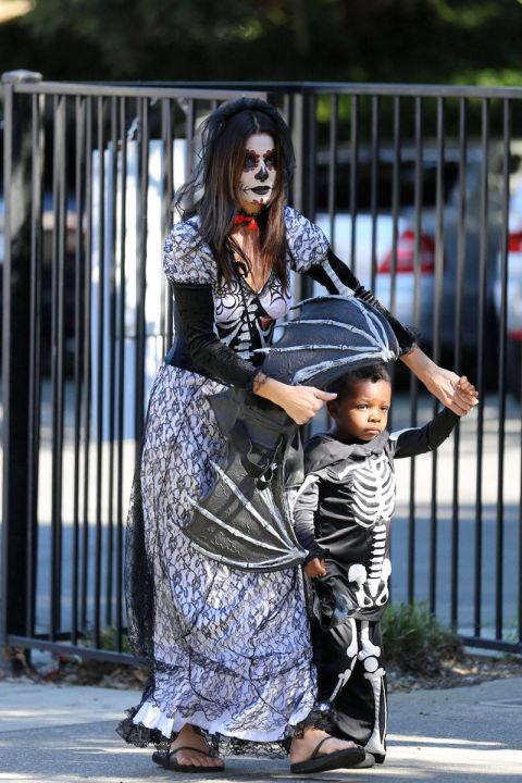 Minh tinh Sandra Bullock  tô vẽ mặt như thây ma trong khi bé Louis mặc bộ đồ hình xương người đi dự tiệc Halloween.