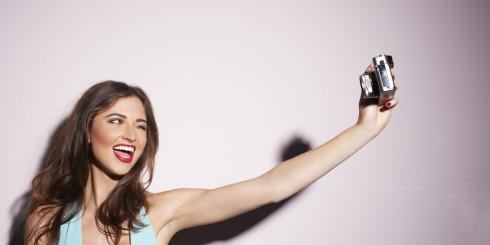 Dặm lại chút phấn, thoa chút son cho gương mặt rạng rỡ trước khi chụp ảnh selfie nhé