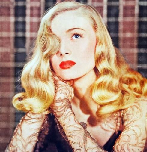Mái tóc vàng óng như mật của nữ minh tinh Veronica Lake là biểu tượng của mọi phụ nữ trong thập niên 40.
