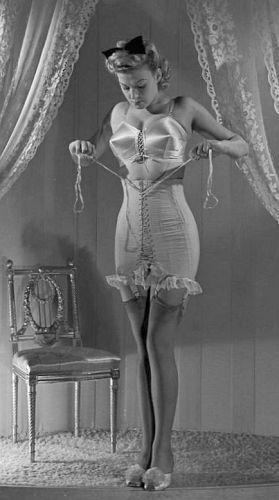 Bộ corset điển hình của người phụ nữ thời này.