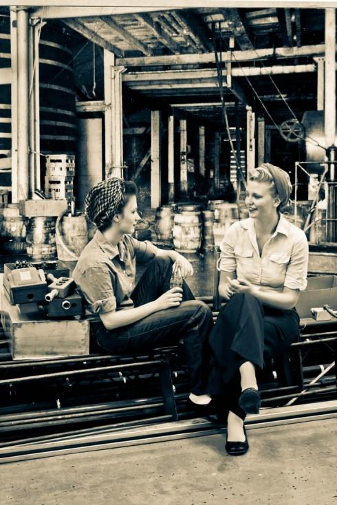 Hai nữ công nhân với mái tóc được buộc trong khăn.