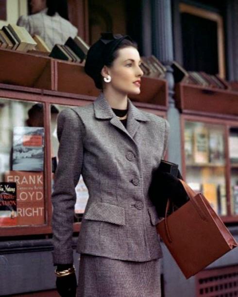 Những chi tiết nam tính của trang phục nam giới hiện hữu rõ rệt trên thường phục của phụ nữ. Sự xa hoa được hạn chế hết mức có thể.