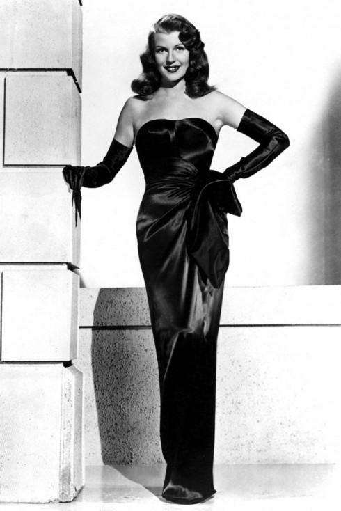 Rita Hayworth và chiếc đầm satin đen lừng lẫy thời đó trong một cảnh của bộ phim