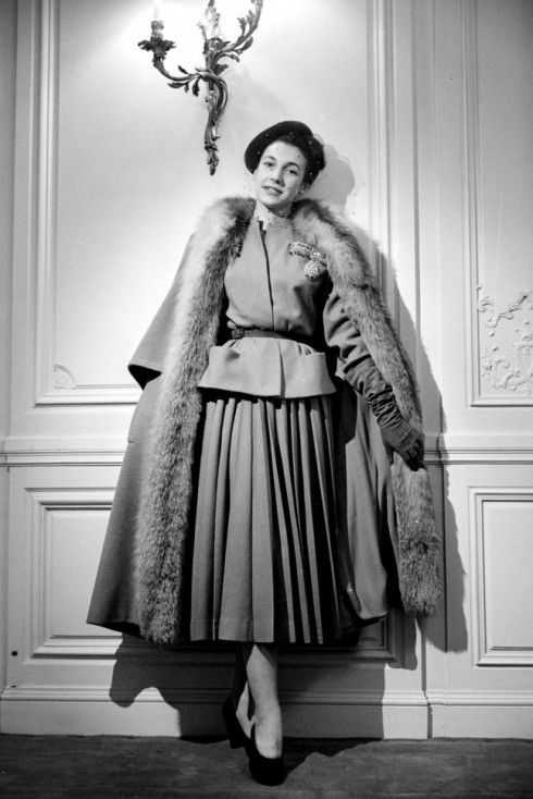 Một người mẫu của nhà mốt Christian Dior, 1947.