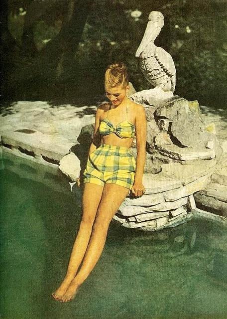 Đồ tắm trong thời kì này có lưng quần cao và không hở hang.