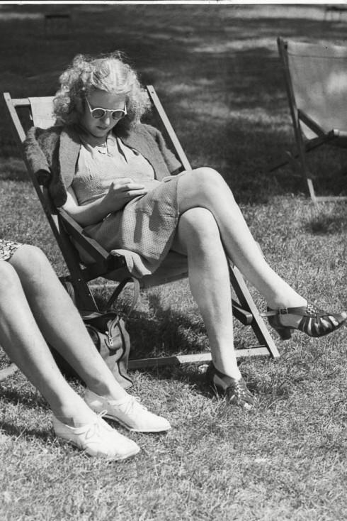 Quý cô London thư giãn trong ánh nắng, 1942.