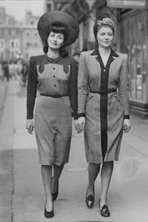 Hai người mẫu trên phố Bond, London. Đây là BST thời trang tiện dụng đầu tiên cho phụ nữ (Utility Dresses For Women) , được thiết kế bởi Norman Hartnell, 1942.