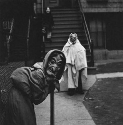"""""""Thời trang"""" Halloween thời xưa kinh dị và kì quái hơn bây giờ rất, rất nhiều."""