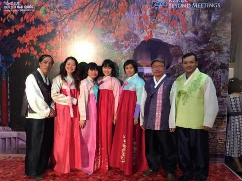 Trải nghiệm mặc thử áo hanbok và chụp ảnh lưu niệm dành cho khách mời.