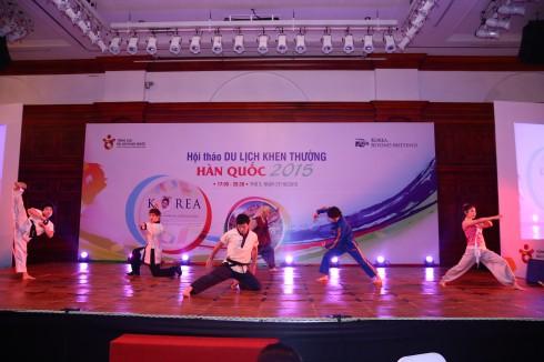 Nhóm nghệ sỹ Jump Show đến từ Hàn Quốc mang đến tiết mục nghệ thuật độc đáo, kết hợp giữa nhảy hiện đại, hài kịch và võ taekwondo truyền thống.