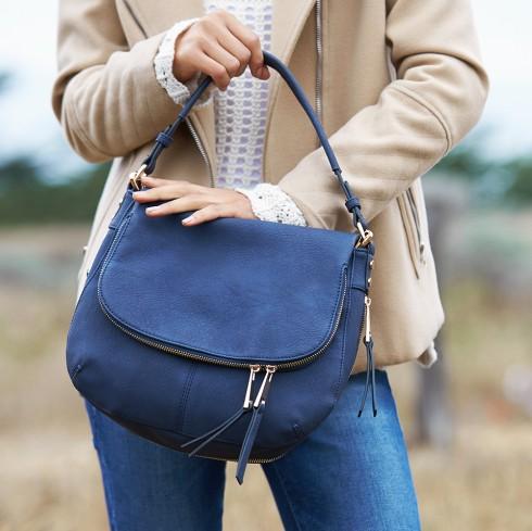 Trước khi tiến hành làm sạch, chăm sóc cho chiếc túi của mình, bạn cần phải biết rõ về chất liệu của túi để có cách làm sạch đồ da phù hợp.