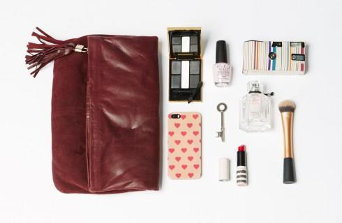 Không nên cho quá nhiều vật dụng vào trong túi, kiểm soát trọng lượng đồ dùng bên trong. Với túi da có dây đeo mảnh hoặc quai xách nhỏ, việc cho nhiều vật nặng có thể khiến dây đeo bị đứt.