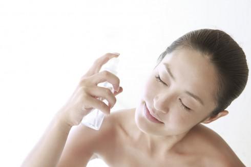 Da khô chính là nguyên nhân khiến da bạn nhanh lão hóa hơn. Xịt khoáng sẽ giúp bổ sung độ ẩm cần thiết cho da giúp kéo dài nét tươi trẻ hơn.