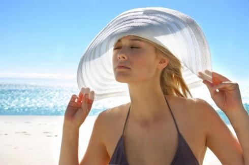 Ánh nắng cũng khiến làn da trở nên nhạy cảm và khô rát hơn. Xịt khoáng giúp làm dịu da ngay lập tức và gảim thiểu tác hại của ánh mặt trời
