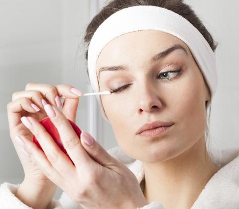 Sử dụng tăm bông để tẩy trang sạch vùng khóe mắt