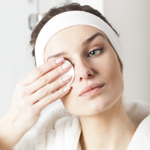 Vùng mắt và môi là vùng da nhạy cảm, vì vậy bạn cần nhẹ nhàng khi tẩy trang ở hai khu vực này