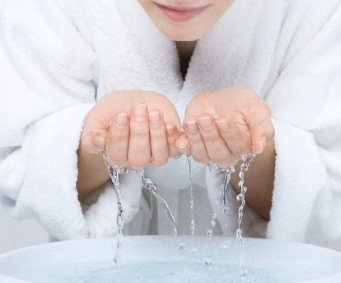 Nhiệt độ của nước lạnh sẽ giúp làm se khít lỗ chân lông