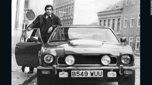 Aston Martin V8 Vantage Volante trong The Living Daylights (1987).